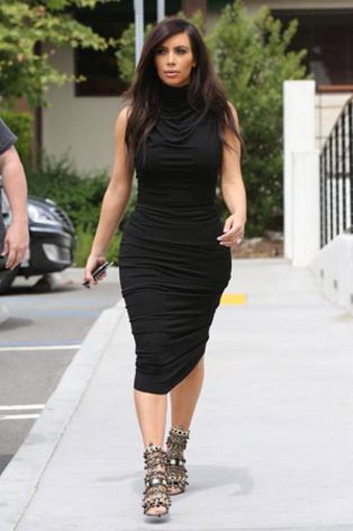 Kim Kardashian exibe o seu quadril avantajado em vestido drapeado justo