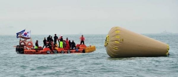 Mergulhadores entram pela 1ェ vez em navio sul-coreano naufragado