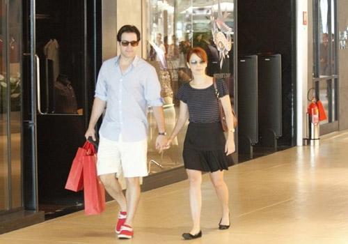 Murilo Ben兤io e D饕ora Falabella passeiam em shopping no Rio