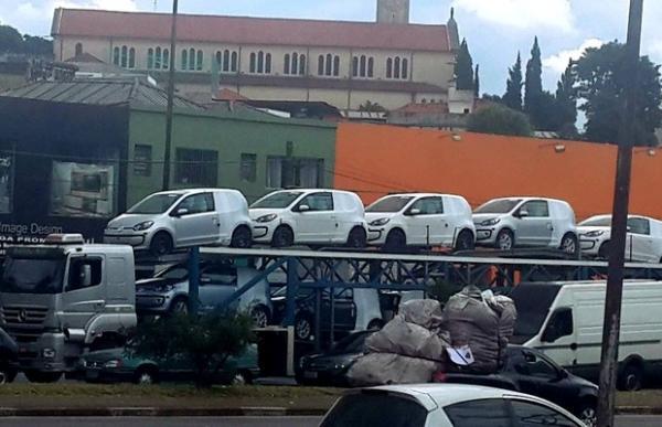 Volkswagen Up! é flagrado a caminho de lojas; hatch tem preços a partir de R$ 26.900