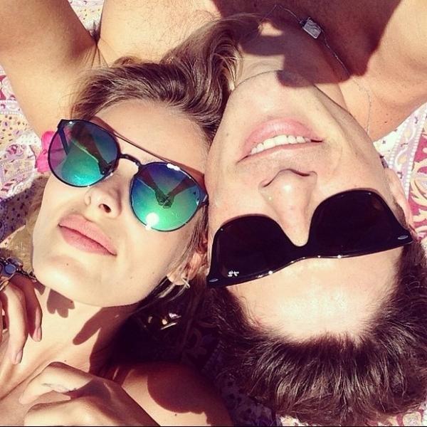Yasmin Brunet e o marido curtem praia nesta Sexta-feira Santa