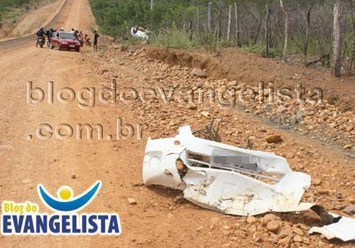 Automóvel capotou com duas pessoas no povoado Barro Vermelho em Paulistana