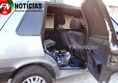 Bandidos roubam loja de motos e colocam fogo em carro estacionado na porta