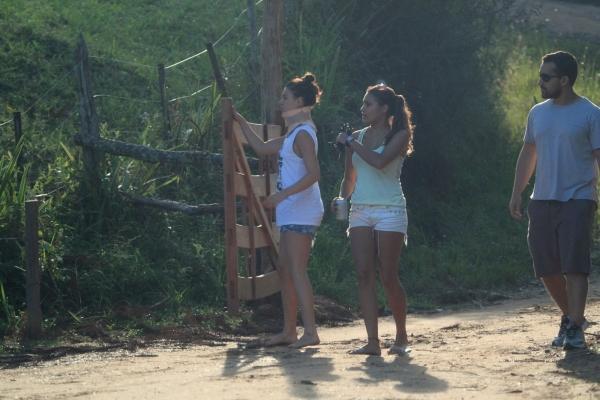 Com colar cervical, Isis Valverde é fotografada em fazenda de MG