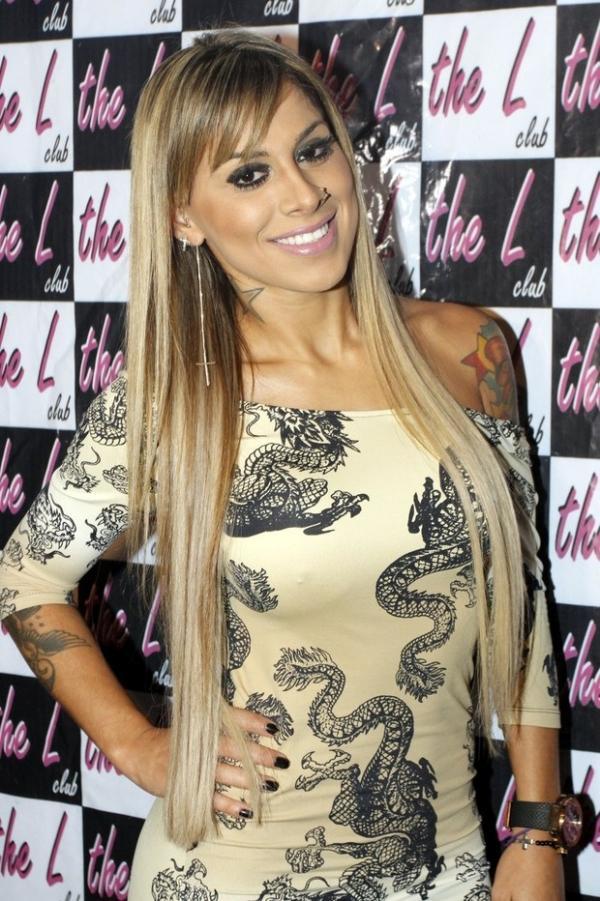 Ex-BBB Vanessa usa vestido colado para ir a evento em boate gay
