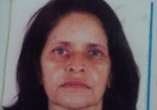 Mulher de 53 anos é morta com três tiros na frente de casa