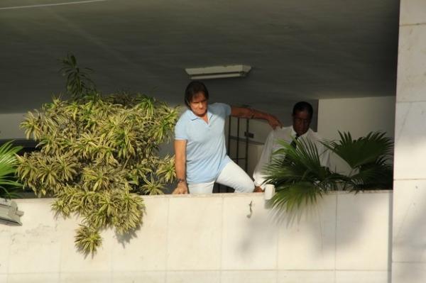 No dia de seu aniversário, Roberto Carlos recebe fãs na porta de casa