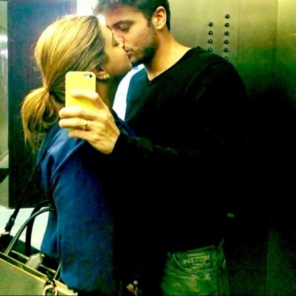 Preta Gil e o namorado fazem selfie se beijando no elevador