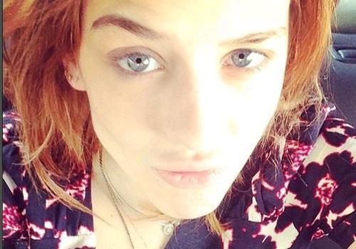 Atriz Sophia Abrahão faz selfie sem maquiagem e ganha elogios