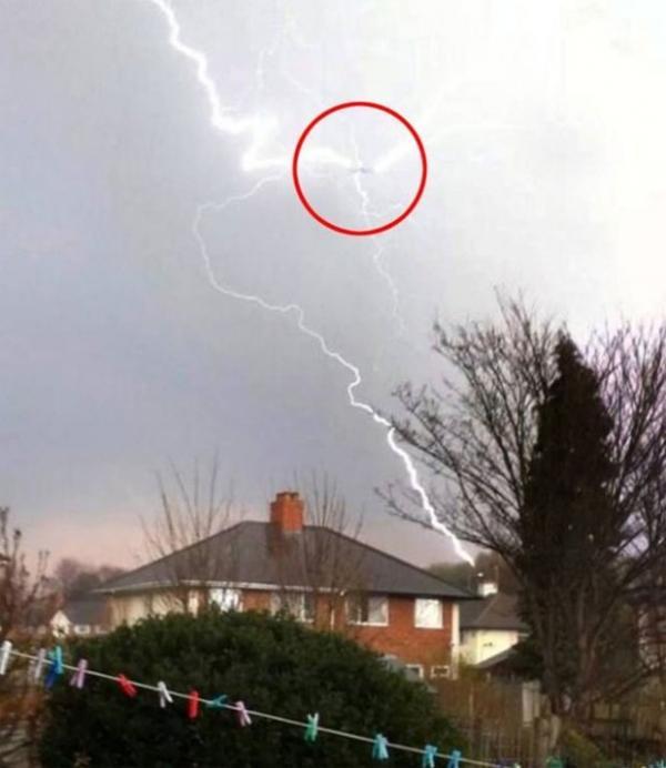 Fotógrafo captura momento assustador em que raio atinge avião em pleno voo na Inglaterra