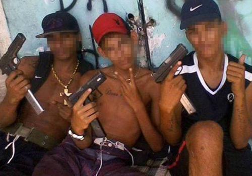 Homens exibem armamento pesado em fotos na internet
