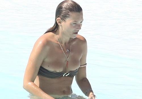 Kate Moss é traída por tomara que caia e deixa seio  à mostra em piscina no Rio