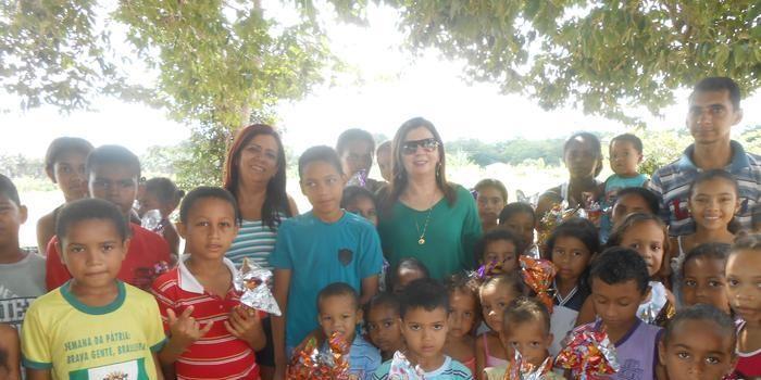 Vice Débora Vilarinho entrega ovos de páscoa à crianças carentes de Angical