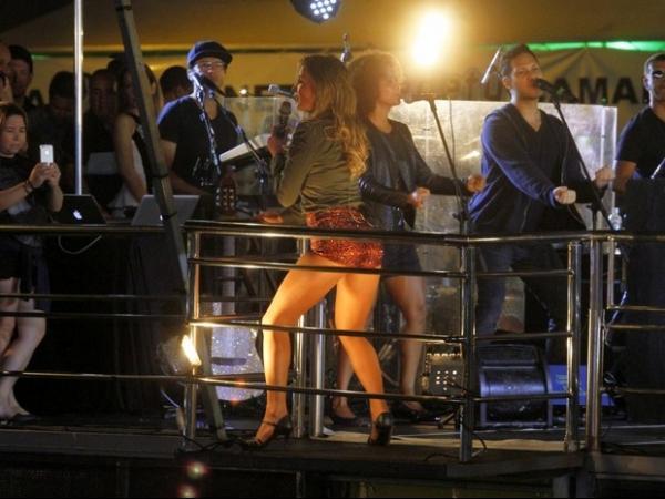 Claudia Leitte usa shortinho e deixa as belas pernas à mostra em show