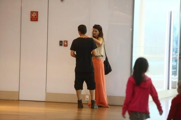 Isabelli Fontana e Di Ferrero passeiam em shopping do Rio