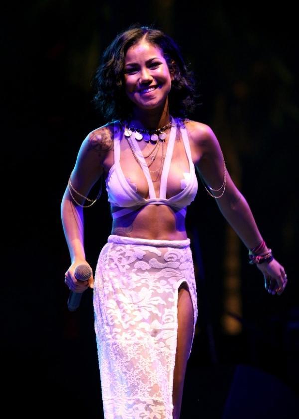 Jhene Aiko usa adesivos nos seios para não mostrar demais em show