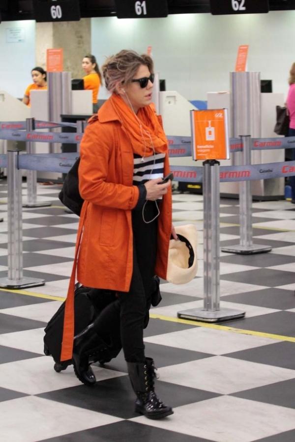 Maria Casadevall mostra a língua para fotógrafo em aeroporto em SP