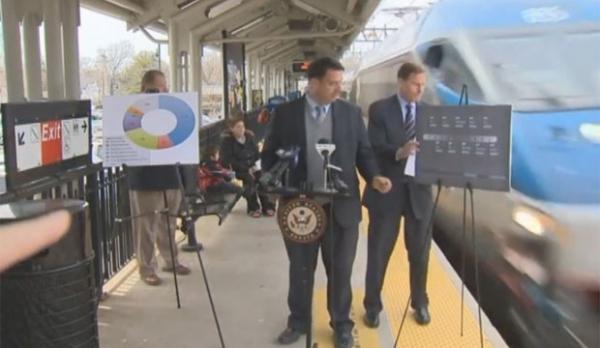 Senador americano leva susto após quase ser atingido por trem