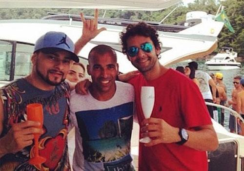 Sheik curte tarde de iate com Latino, em Angra dos Reis, e ?perde? derrota do Botafogo