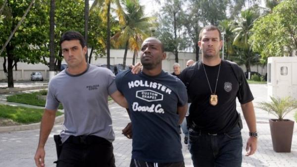 Cercado pela polícia, traficante preso tentou se esconder atrás da mulher e da filha