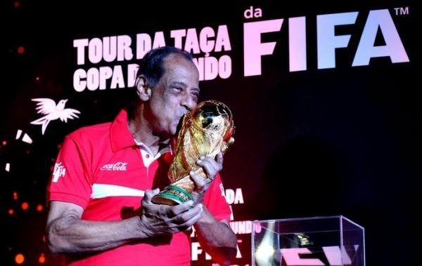 Chegou para ficar? Taça da Copa chega ao Rio e é exposta no Maracanã