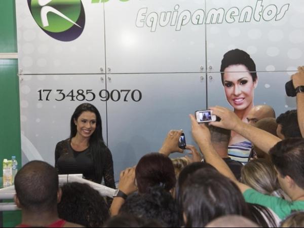 Gracyanne Barbosa exibe