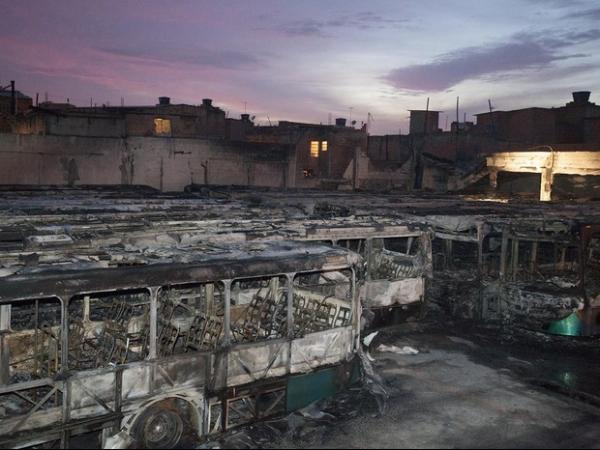 Mais de 30 ônibus são incendiados durante ataque por represália da morte de traficante