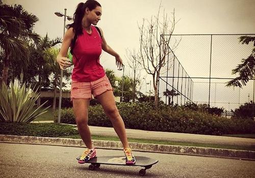 Débora Nascimento anda de skate e Loreto elogia: