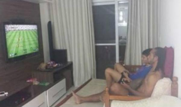 Everton Costa inicia recupera鈬o em casa e posta foto jogando videogame