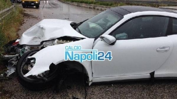 Ex-Palmeiras destr Porsche em batida sob chuva rumo ao N疳oli, mas sai ileso