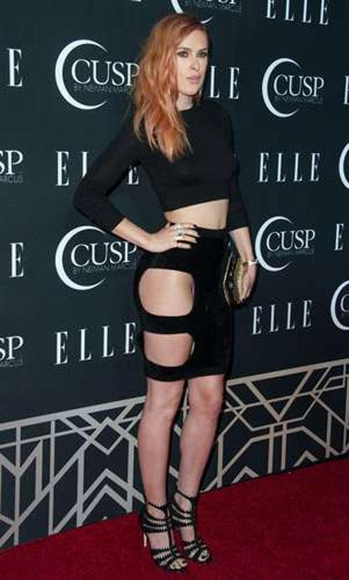 Filha de atriz Demi Moore usa uma roupa ousada e mostra a calcinha
