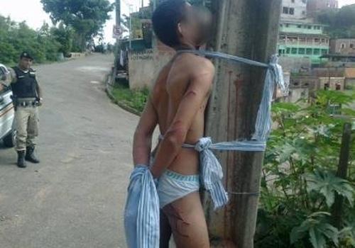 Moradores filmam espancamento de suspeito de assalto amarrado de cueca em poste