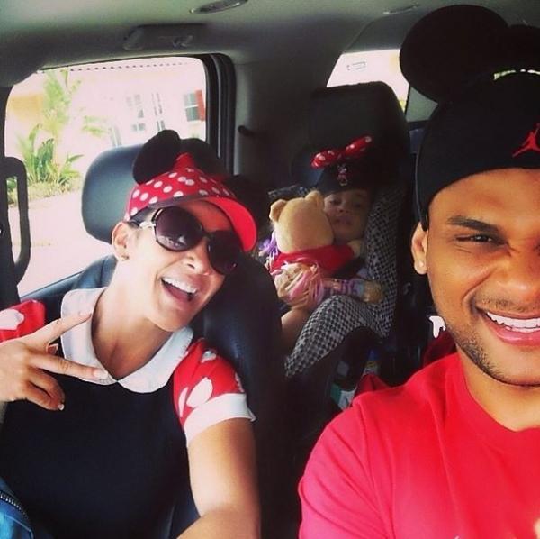 Scheila Carvalho posa com marido e filha com orelhas de Mickey e Minnie