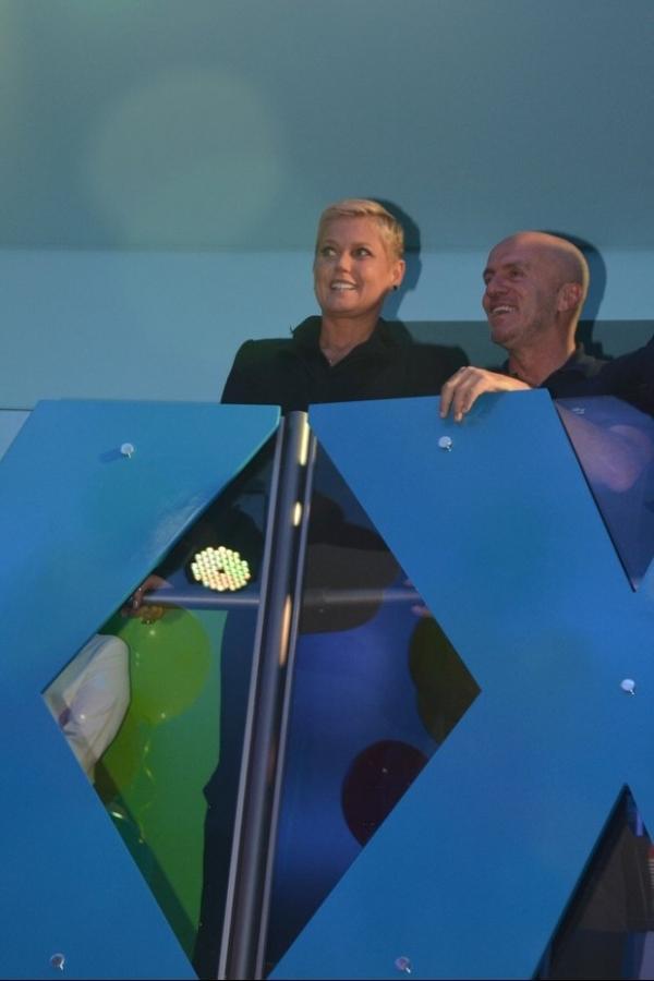 Xuxa recebe famosos em inauguração de casa de festas
