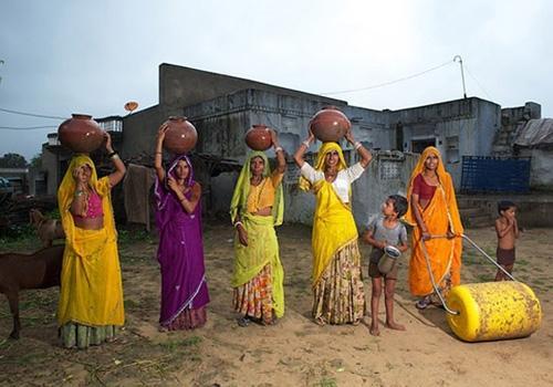 Com ideia simples, empresa muda vida de indianas ao criar roda que leva água