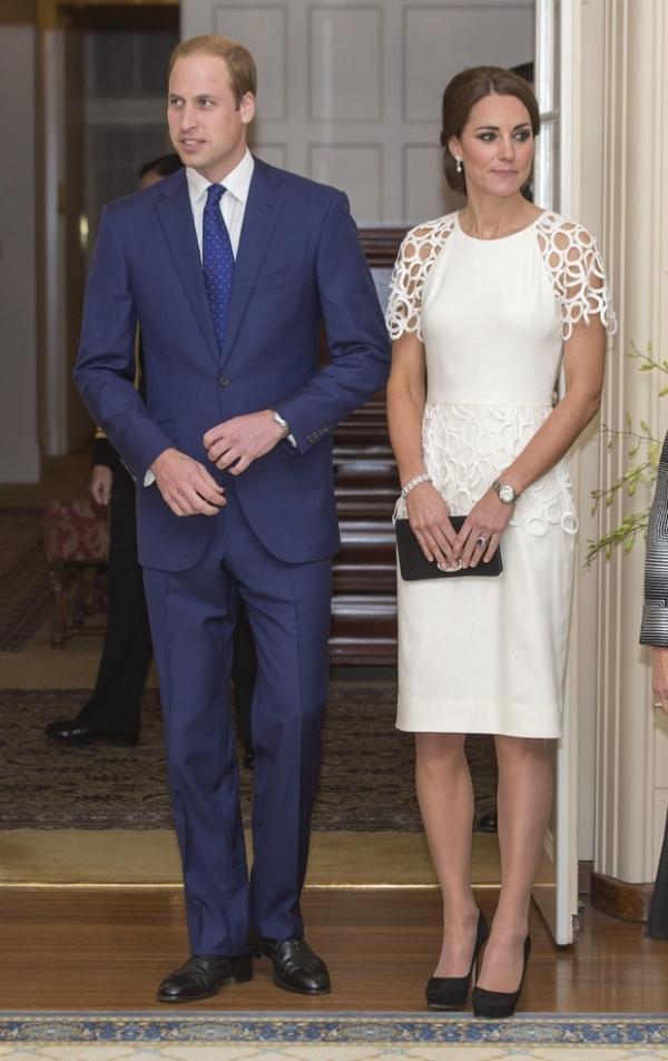 Kate Middleton aposta em vestido branco com efeitos gráficos