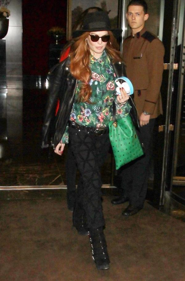 Lindsay Lohan usa bota de aproximadamente R$ 3,7 mil