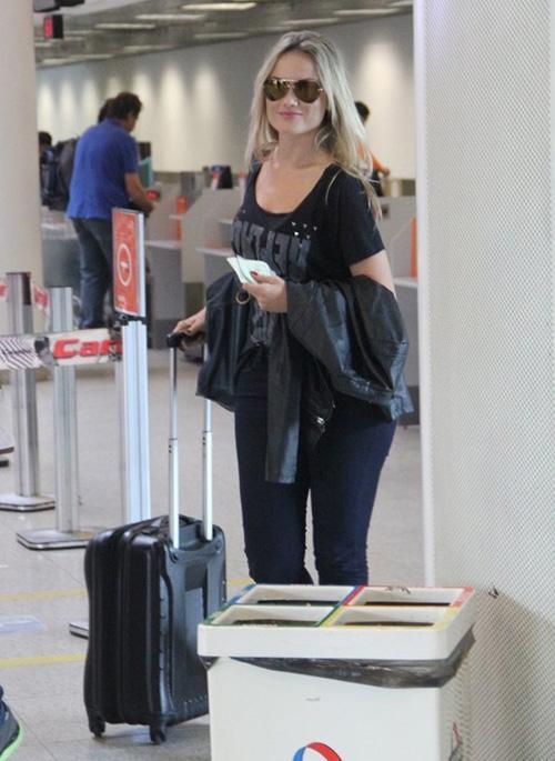 Mais magra, Ellen Rocche é fotografada em aeroporto