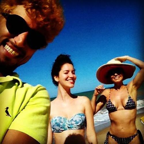 PaUla Burlamaqui exibe barriga chapada de biquini ao lado de Nathalia Dill, em praia da Paraíba