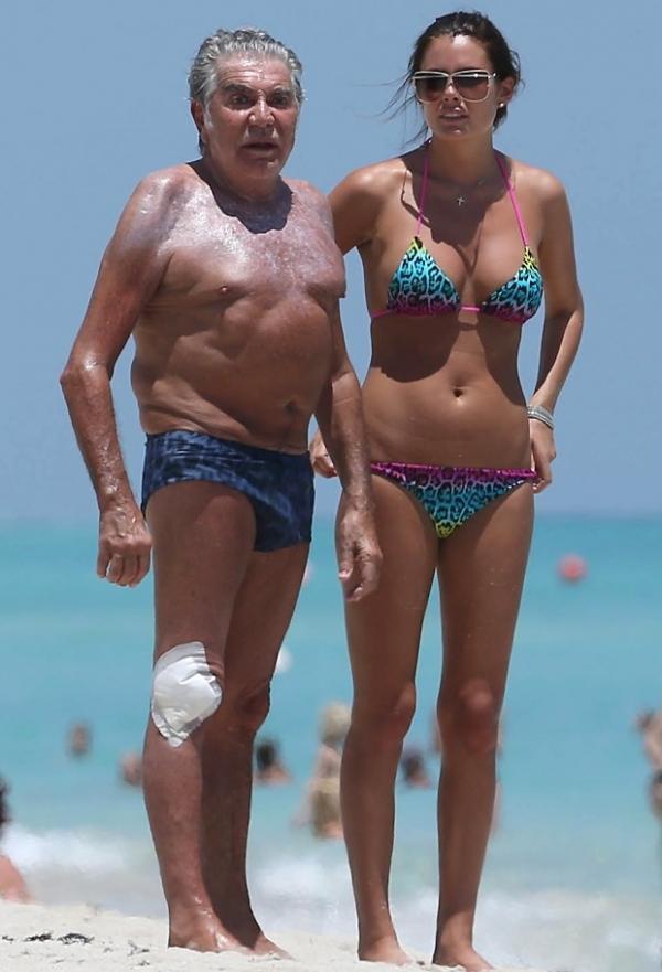 Roberto Cavalli vai à praia com a namorada super em forma