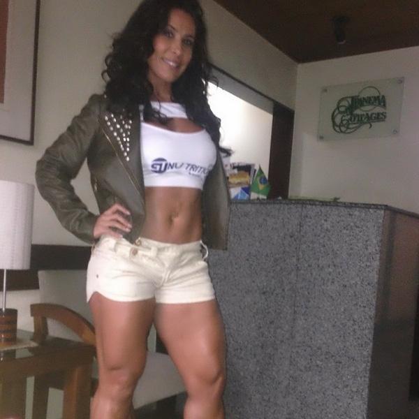 De shortinho, Scheila Carvalho mostra pernas saradas e ganha elogio