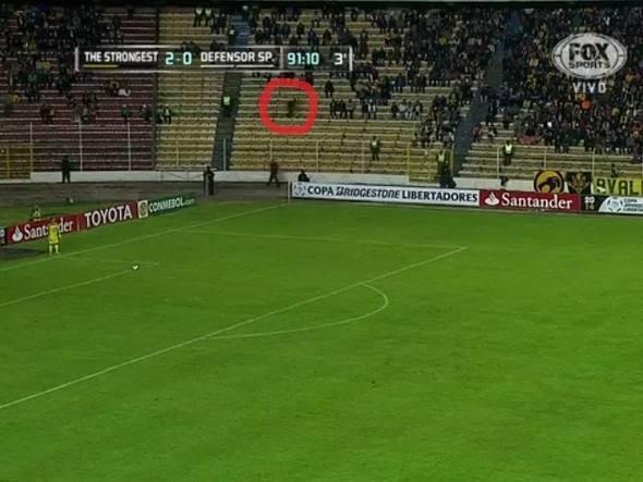 Fantasma em uma partida de futebol? Parece que não