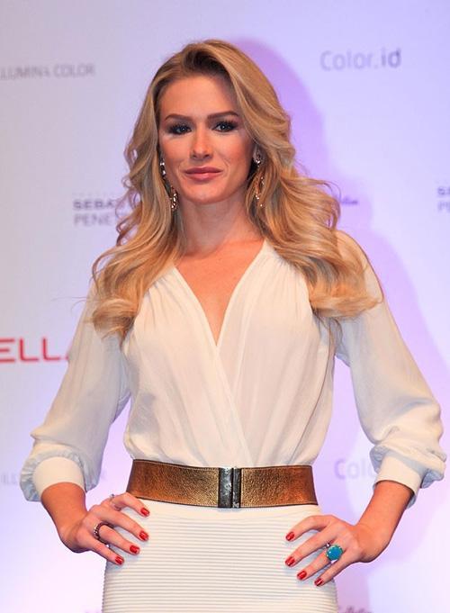 Fiorella Mattheis surge linda e com decote discreto em evento em São Paulo