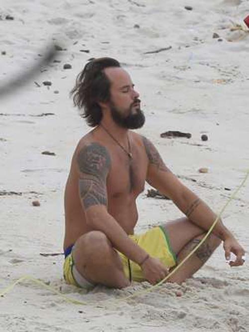 Paulinho Vilhena medita e surfa em praia do Rio de Janeiro