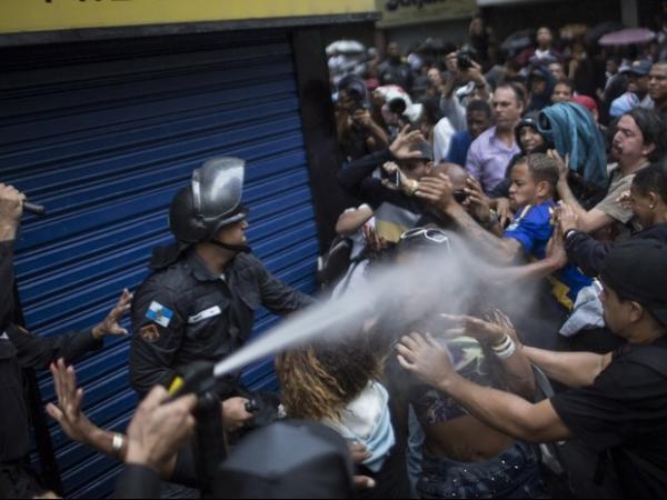 Protesto após enterro de dançarino fecha vias e comércio de Copacabana