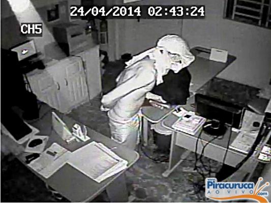Câmeras de vigilância flagram ação de ladrão em farmácia de Piracuruca , assista!