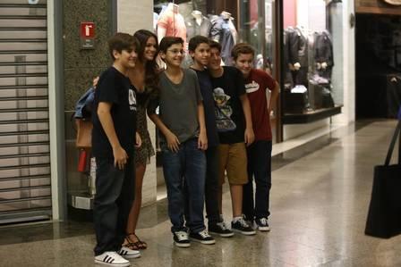 Bruna Marquezine aparece com vestidinho de oncinha decotado para jantar com amigas em shopping na Barra