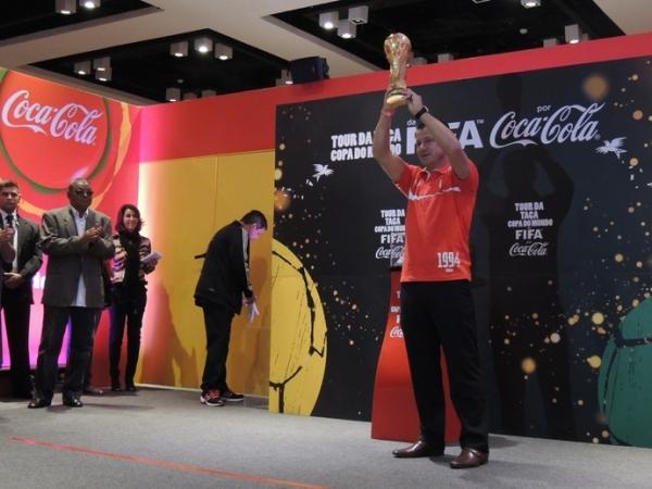 Dunga revive o Tetra para marcar a chegada da Taça da Copa ao RS