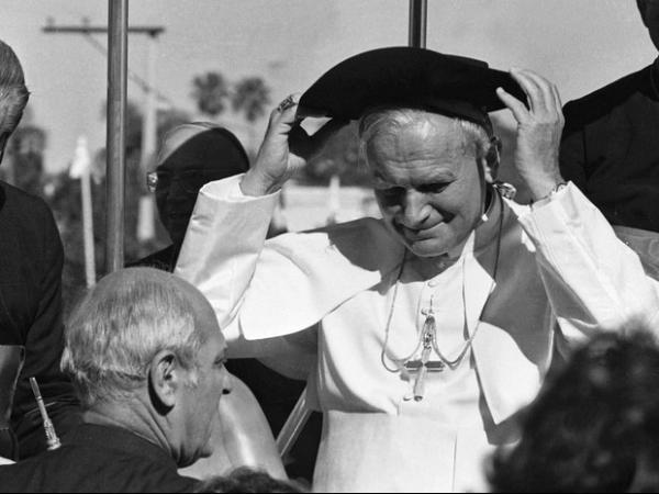 Papas João Paulo II e João XXIII se tornam santos neste domingo