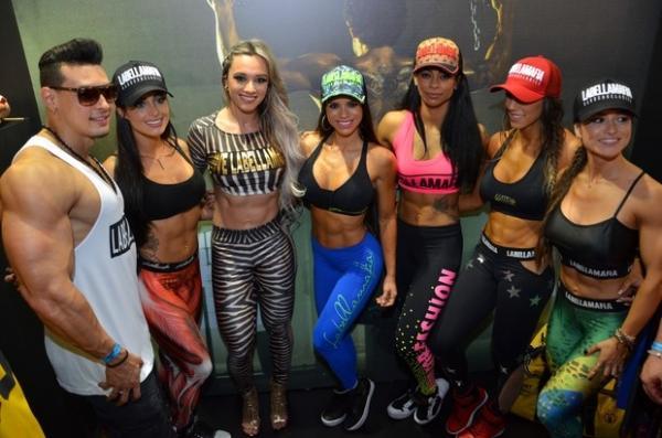 Aline Riscado mostra elasticidade em feira fitness